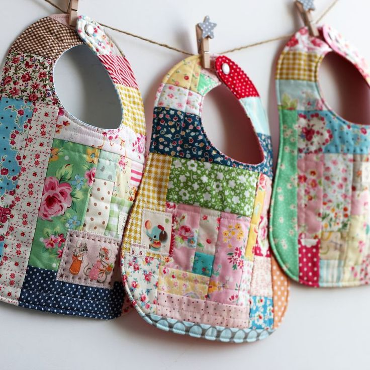 This patchwork bib will wow new moms quilting digest - Cambiador bebe patchwork ...