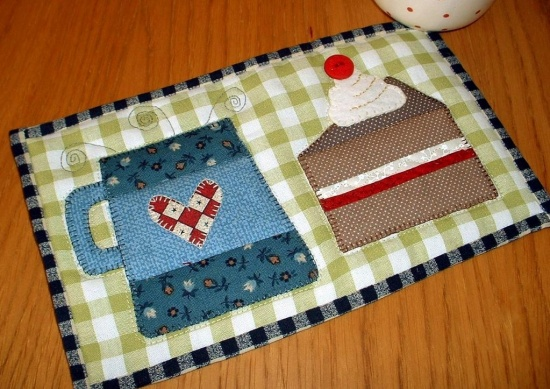 A Charming Mug Rug Pattern For Cake And Coffee Breaks