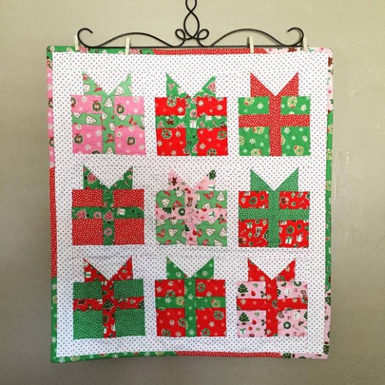 Christmas Presents Mini Quilt And Potholders Quilting Digest